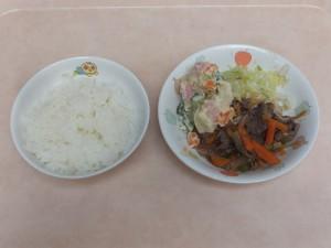 幼児食 ご飯、焼き肉 マセドアンサラダ ボイルキャベツ