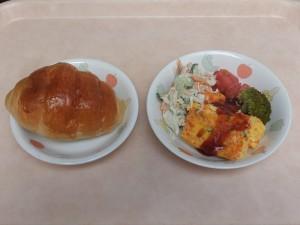 幼児食 パン、キャロットオムレツ 切干大根のサラダ トマト、ブロッコリー