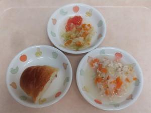 9~11か月 パン、鶏ミンチのクリーム煮、キャベツのサラダ、トマト