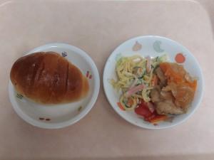 幼児食 パン、鶏南蛮 スパゲティサラダ トマト