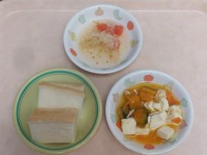 7~8か月 食パン かぼちゃのクリーム煮 トマトサラダ