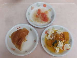 9~11か月 ロールパン かぼちゃのクリーム煮 トマトサラダ