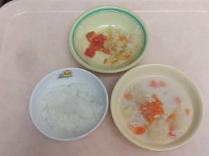 9~11か月 軟飯 鶏ミンチと野菜の クリーム煮 キャベツサラダ