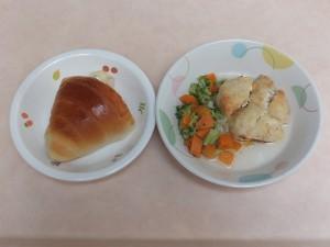 9~11か月 ロールパン つくね豆腐の 和風ハンバーグ ブロッコリーのサラダ