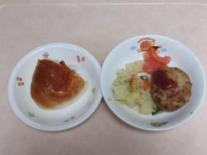 9~11か月 ロールパン 豆腐ハンバーグ 野菜の柔らか煮 トマト