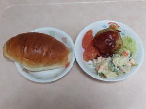 幼児食 ロールパン 豆腐ハンバーグ マセドアンサラダ ボイルキャベツ トマト