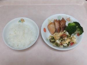 幼児食 ご飯 鶏の照り焼き 豆腐とトマトの卵炒め ブロッコリー