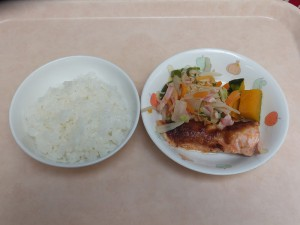 幼児食 ご飯 鮭の味噌マヨネーズ焼き 野菜炒め、ほくほく南瓜