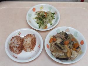 幼児食 おにぎり 豚肉と野菜の味噌炒め煮、ゆかり和え