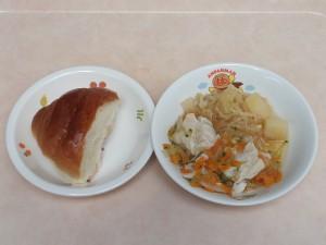 9~11か月 ロールパン 魚の野菜あんかけ キャベツとじゃが芋の 柔らか煮
