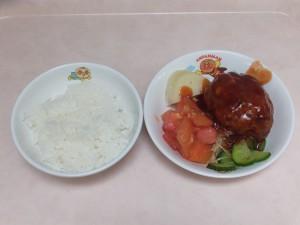 幼児食 ご飯、煮込みハンバーグ、ボイル野菜、トマト、粉吹芋