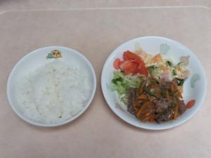 幼児食 ご飯 焼き肉 マセドアンサラダ トマト ボイルキャベツ