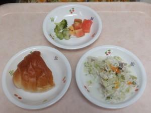 9~11か月 ロールパン 野菜と鶏ミンチのクリーム煮 トマト ブロッコリー