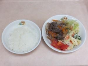 幼児食 ご飯 焼き肉 マカロニサラダ トマト ボイルキャベツ