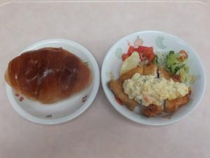 幼児食 ロールパン 魚のフライ   タルタルソース コールスロー トマト
