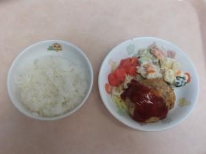 幼児食 ご飯 豆腐ハンバーグ マセドアンサラダ トマト ボイルキャベツ