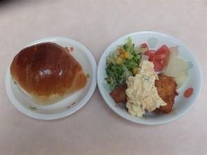 幼児食 ロールパン 魚のフライ タルタルソース コールスロー トマト 粉吹芋