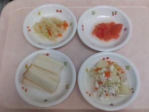 9~11ヶ月の離乳食 食パン 魚のクリーム煮 野菜の2色和え トマト