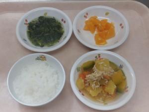 9~11ヶ月の離乳食 なんはん とりミンチと野菜の柔らか煮 ほうれん草のおひたし オレンジ