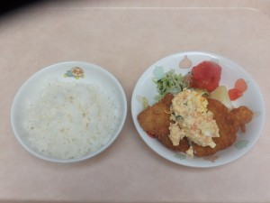 幼児食 ご飯 魚のフライ タルタルソース コールスロー 粉吹芋 トマト