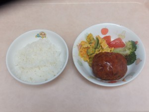 幼児食 ご飯 煮込みハンバーグ パンプキンサラダ トマト ブロッコリー