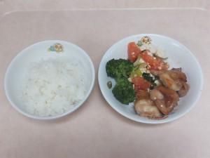 幼児食 ご飯 鶏の照り焼き 豆腐とトマトの卵傷め