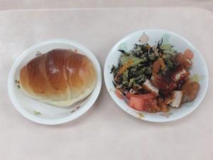 幼児食 ロールパン トンカツ ひじきサラダ トマト
