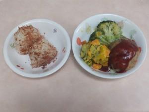 幼児食 おにぎり 豆腐ハンバーグ パンプキンサラダ ボイル野菜