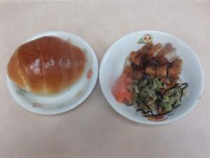 幼児食 パン 豚カツ ひじきのサラダ トマト