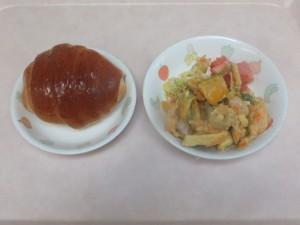 幼児食 パン 野菜のかきあげ 甘酢あえ トマト