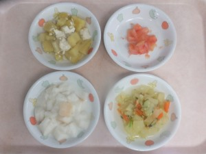 離乳食 ぱんがゆ さつま芋のそぼろあんかけ りんごと野菜の和え物 トマト