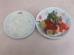 幼児食 ご飯 オムレツ ポパイサラダ トマト