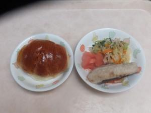 幼児食 ロールパン 魚のムニエル 野菜ソテー トマト