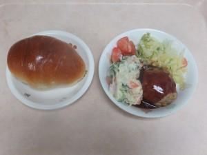 幼児食 ロールパン 豆腐ハンバーグ ポテトサラダ ボイルキャベツ トマト