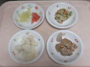 離乳食 食パン 豆腐ハンバーグ ポテトサラダ ボイルキャベツ トマト