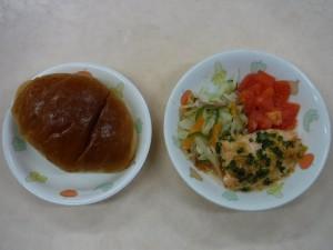 ロールパン 魚の味噌マヨ焼き 野菜炒め トマト