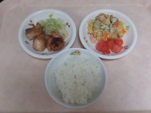 幼児食 ご飯 鶏の照り焼き スイートサラダ ボイルキャベツ トマト