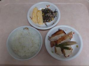 幼児食 ご飯 鶏肉のオーブン焼 ひじきの和風サラダ 出し巻き卵 野菜の炊き合わせ