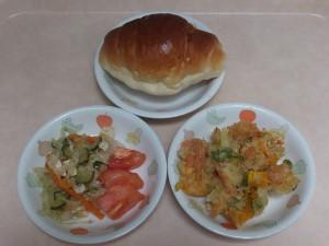 幼児食 ロールパン 野菜のかき揚げ 酢の物 トマト