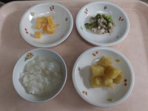 離乳食 おかゆ 鶏肉とブロッコリー煮 さつま芋煮 卵焼き